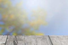 Die Holzbretter auf den undeutlichen Lichtern Lizenzfreie Stockbilder