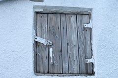 Die Holztür des Dachbodens Stockbild