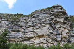 Die horizontalen Schichtenbildungen der Kalksteinklippe lizenzfreie stockfotos