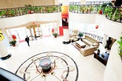 Die Hotelvorhalle wo Leute, die vorbei überschreiten Stockbilder
