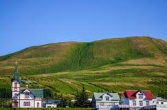Die Husavik Kirche oder das Husavikurkirkja in Nord-Island lizenzfreie stockfotos