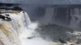 Die Iguaçu-Wasserfälle auf Grenze von Brasilien und von Argentinien stock footage