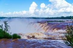 Die Iguaçu-Wasserfälle mit den Tröpfchen des Wassers Stockfoto