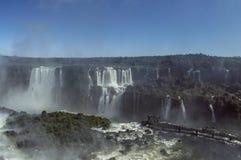 Die Igua?u-Wasserf?lle an einem hellen sonnigen Tag lizenzfreie stockbilder