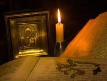 Die Ikone von Jungfrau Maria, ein Kreuz auf einer Kette und einem offenen Psalmenbuch Lizenzfreies Stockfoto