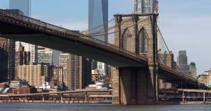 Die ikonenhafte Brooklyn-Brücke mit dem FDR-Antrieb in New York City Lizenzfreies Stockfoto
