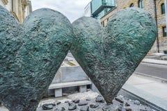 Die ikonenhafte Skulptur des Zwillings 6' Herzen stockbild