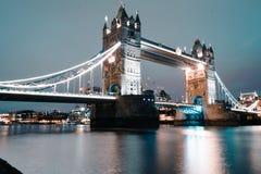 Die ikonenhafte und weltweite berühmte Turm-Brücke - London stockfotografie
