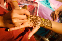 Die indische Hochzeitsbraut, die Hennastrauch erhält, traf zu Stockfoto
