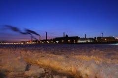 Die industriellen Fabriken auf Flussquerneigung Neva Stockfotos