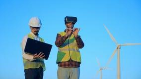 Die Ingenieure, die 360 VR-Gläser verwenden, nähern sich Windmühlen Innovatives Technikkonzept stock video