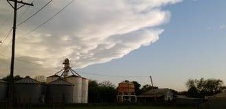 Die inpending Drohung entsteht, Getreidehebersilo vorzubereiten in Deckung gehen stockfoto