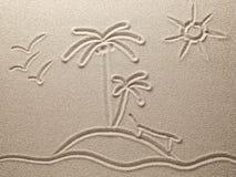 Die Insel mit Palmen im Meer wird auf Meersand gezeichnet Lizenzfreie Stockfotos