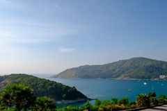 Die Insel und das Meer mit Palmen mit klarem Himmel Lizenzfreie Stockfotografie