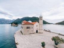 Die Insel von Gospa Od Skrpjela, Kotor-Bucht, Montenegro Lufts Stockfotos