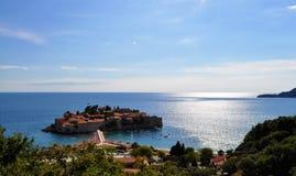 Die Insel von Sveti Stefan und das adriatische Meer Lizenzfreies Stockbild