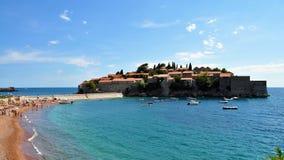 Die Insel von Sveti Stefan und das blaue adriatische Meer Lizenzfreie Stockfotografie