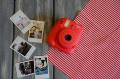 Die instax Kamera auf hölzernem Hintergrund Lizenzfreies Stockbild