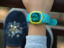 Die intelligenten Uhren der Kinder auf der Hand einer Mädchennahaufnahme lizenzfreies stockbild