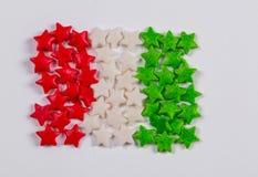 Die italienische Flagge, die von buntem wenig gemacht wird, besprüht Süßigkeit Lizenzfreie Stockfotografie