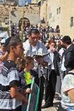 Die jüdische Familie betet mit dem Gebetbuch Lizenzfreies Stockbild