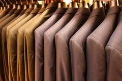 Die Jacken des Mannes Stockfotos