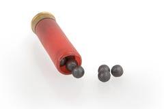 Die Jagdmunition mit einer Kartätschegebühr auf einem Weiß Lizenzfreie Stockfotografie
