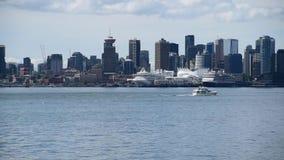 Die Jahreszeit f?r Kreuzfahrten in Alaska ist zur?ck und also sind sie auch zur?ck in Vancouver stock footage