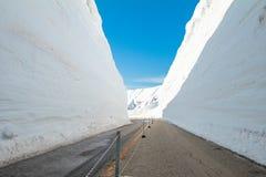 Die Japan-Alpen oder die Schneegebirgswand von Tateyama Kurobe alpin am Sonnenscheintag mit Hintergrund des blauen Himmels ist ei lizenzfreie stockfotos