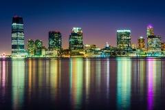 Die Jersey- Cityskyline nachts, gesehen von Pier 34, Manhattan, Stockbild