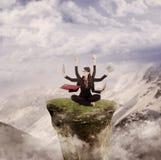Die jonglierende Geschäftsfrau tut von Natur aus mehrere Dinge gleichzeitig Stockbild