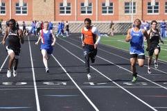 Die jugendlich Jungen, die in der Highschool konkurrieren, sprinten Rennen Stockfoto