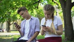 Die Jugendlichen, die Telefon verwenden, anstatt, Mangel aufeinander einzuwirken an Kommunikation, gewöhnten stock footage
