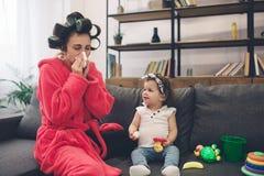 Die junge alte Mutter erfährt postnatale Depression Traurige und müde Frau mit PPD Sie möchte nicht mit ihr spielen stockbilder