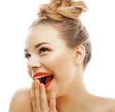 Die junge blonde Frau mit hellem bilden das lächelndes Zeigen, emotionales gestikulierend lokalisiert wie Puppenpeitschen Stockfoto