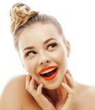 Die junge blonde Frau mit hellem bilden das lächelndes Zeigen, emotionales gestikulierend lokalisiert wie Puppenpeitschen auf Wei Stockfotografie