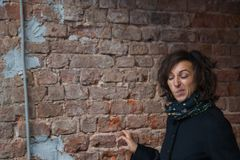 Die junge Dame, die lustige Gesichter im Tunnel macht lizenzfreies stockfoto