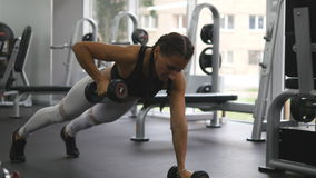 Die junge Eignungsfrau, die Dummkopf tut, rudert an crossfit Turnhalle Sportives trainierendes Mädchen - Zuggewicht Schöne Frau stock footage