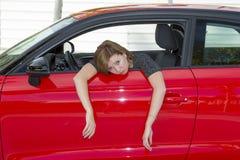 Die junge erschrockene Schönheit des weiblichen Fahrers des Anfängers neuen und betonte beim Fahren des Autos in der Furcht und i stockbild