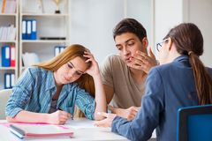 Die junge Familie enttäuscht mit hohem InteressenHypothekenzins in der Bank Lizenzfreie Stockfotografie