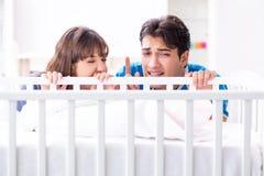 Die junge Familie frustriert am Babyschreien lizenzfreies stockfoto