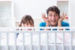 Die junge Familie frustriert am Babyschreien stockbilder