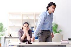 Die junge Familie im Heiratscheidungskonzept lizenzfreies stockbild