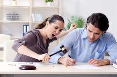 Die junge Familie im Heiratscheidungskonzept lizenzfreie stockfotografie