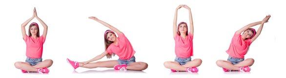 Die junge Frau, die Übungen auf Weiß tut stockbild