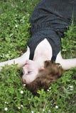 Die junge Frau auf der Lichtung Lizenzfreie Stockfotografie