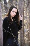 Die junge Frau auf Weg im Park lizenzfreies stockbild