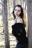 Die junge Frau auf Weg im Park stockfotos