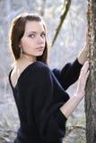 Die junge Frau auf Weg im Park stockfotografie