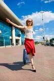 Die junge Frau, blond, läuft an der Station Lizenzfreie Stockfotos